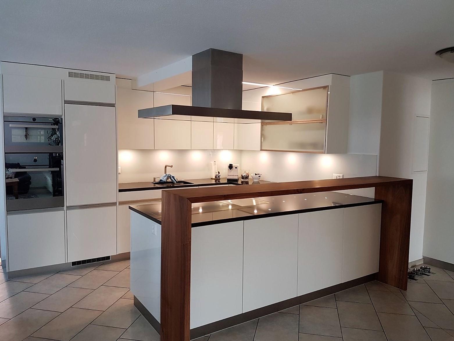 Küche Mit Bar Und Esstisch
